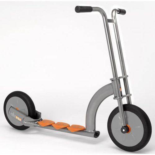 Alutrike prémium roller, pneumatikus (sűrített levegővel működő) kerékgumikkal.